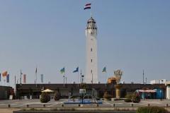 Vuurtoren met mast en vlag gezien vanaf Vuurtorenplein